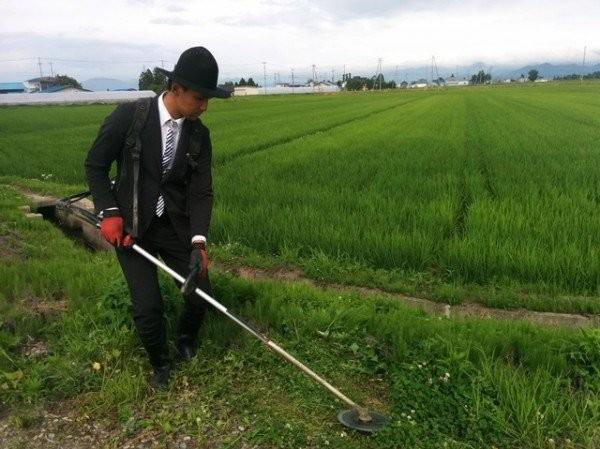 Nông dân bảnh nhất thế giới mặc com-lê làm đồng