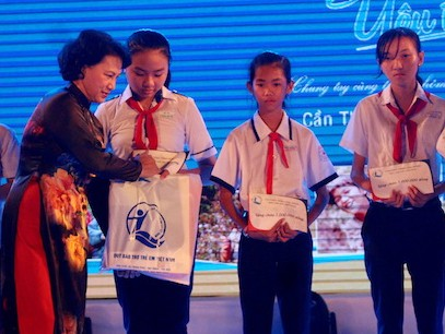 Chủ tịch Quốc hội Nguyễn Thị Kim Ngân trao học bổng cho các em học sinh.