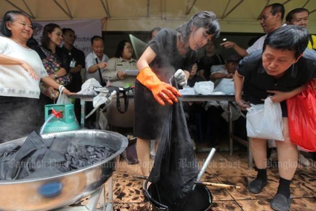 Chính phủ Thái Lan đang làm mọi cách để giúp người dân có đủ áo đen để mặc trong thời gian quốc tang.