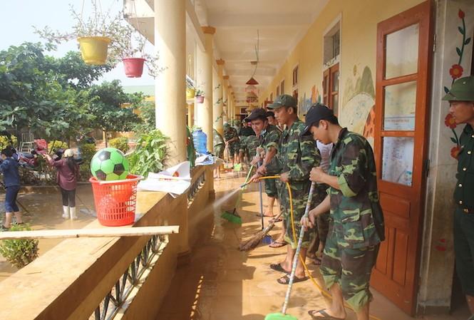 Giáo viên, bộ đội dọn vệ sinh, khắc phục hậu quả sau lũ.