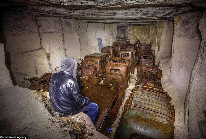 Phát hiện hàng chục xe hơi giấu trong hang đá suốt 70 năm