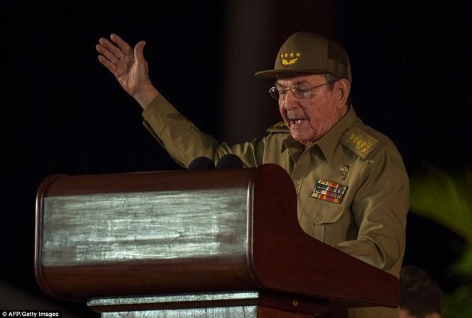 Chủ tịch Raúl Castro phát biểu trong lễ tưởng niệm lãnh tụ Fidel Castro tại .quảng trường Antonio Maceo.
