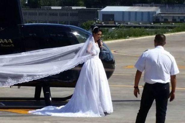 Cô dâu Rosemere do Nascimento Silva chuẩn bị lên máy bay tới lễ đường.