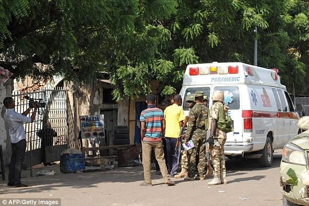 Xe cứu thương có mặt tại hiện trường vụ đánh bom.