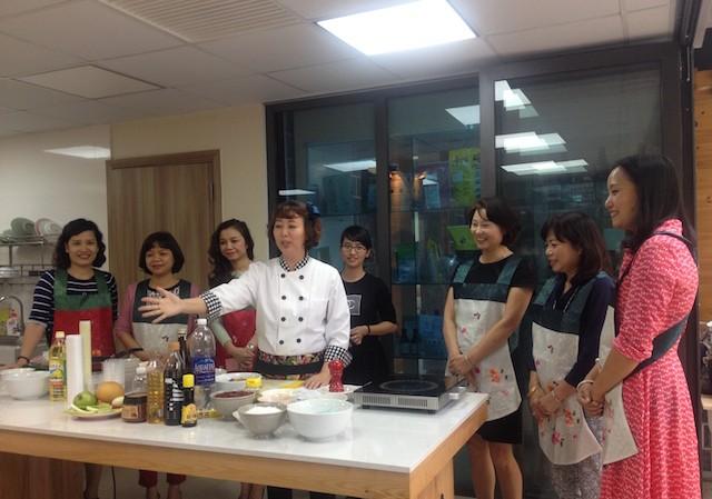 Nhà nghiên cứu ẩm thực Hong Shine đang giới thiệu các nguyên liệu chế biến. (Ảnh: L.A)