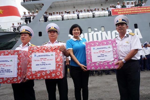 Chị Thu Hương trao quà cho bộ đội Trường Sa