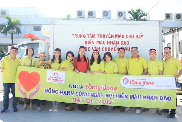 Tập thể cán bộ, nhân viên Cty CP Nhựa Rạng Đông tham gia hiến máu tại chương trình Chủ nhật Đỏ lần thứ IX năm 2017 diễn ra tại TPHCM vào sáng 8/1 - Ảnh: Ngô Tùng.