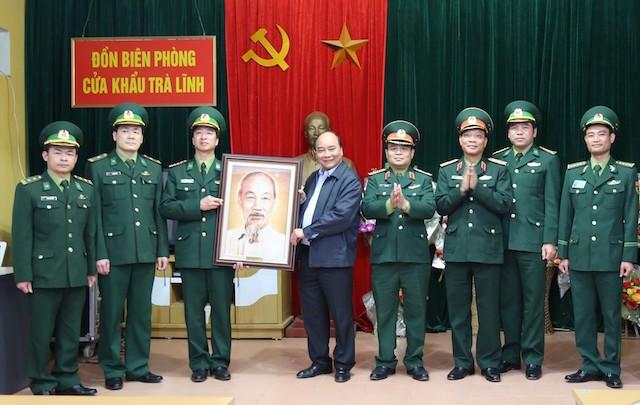 Thủ tướng tặng ảnh chân dung Chủ tịch Hồ Chí Minh cho cán bộ, chiến sĩ Đồn biên phòng cửa khẩu Trà Lĩnh.