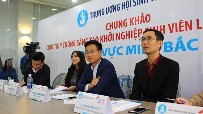 Hội đồng giám khảo nghe thuyết trình về các ý tưởng khởi nghiệp sinh viên