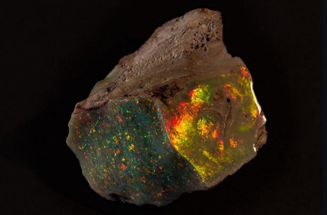 """Sau 71 năm nằm trong hộp deposit, khối đá opal nổi tiếng có tên """"Ngọn lửa của nước Úc"""" mới đây đã chính thức được đưa ra triển lãm lần đầu tiên tại bảo tàng South Australia."""