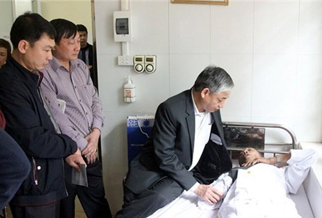 Thứ trưởng LĐ-TB&XH Doãn Mậu Diệp thăm hỏi, tặng quà thương binh Hoàng Tiến Vin bị hành hung đang nằm điều trị tại Quân y Viện 103. (Ảnh: Molisa)