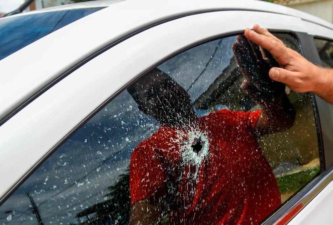 Một chiếc xe hơi bị bắn vỡ kính tại Vitoria - nơi đang chìm trong bạo lực sau khi cảnh sát đình công. Ảnh: Reuters