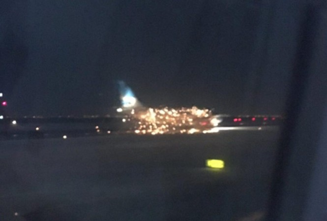 Chiếc máy bay bị cháy động cơ bên phải khi đang chuẩn bị cất cánh. Ảnh: Twitter