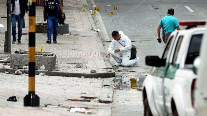 Khám xét hiện trường vụ đánh bom. Ảnh: EPA