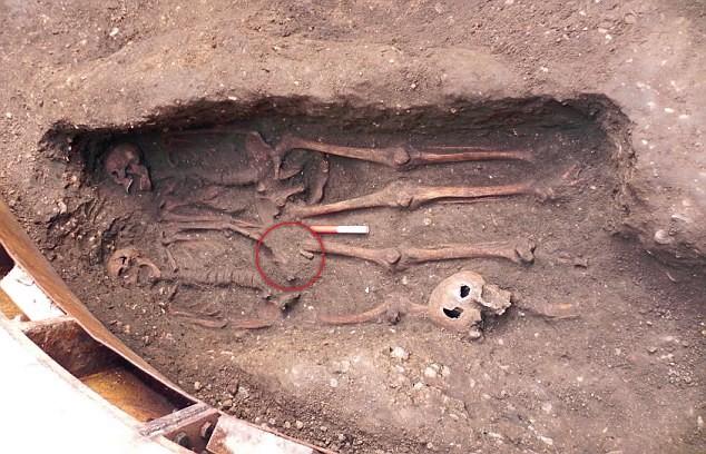 Hai hài cốt nam nắm tay nhau nằm dưới lòng đất ở trung tâm thành phố London.
