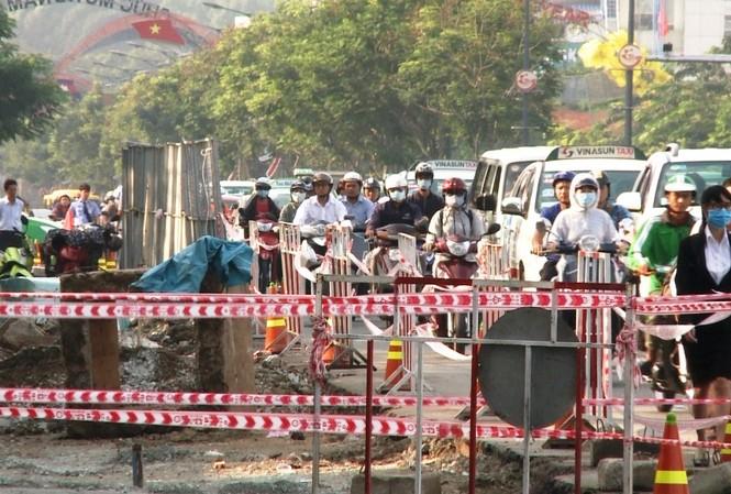 Cửa ngõ Tân Sơn Nhất bị rào chắn để xây cầu vượt.