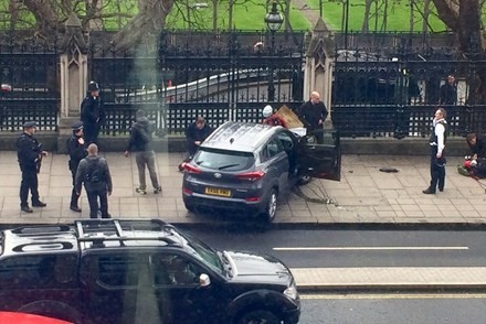 Chiếc xe của kẻ khủng bố đâm vào hàng rào tòa nhà Quốc hội Anh hôm 22/3.