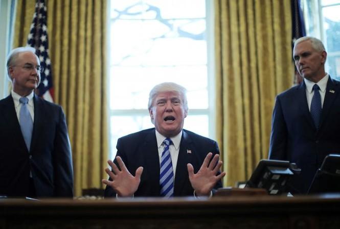Tổng thống Donald Trump phát biểu trước báo giới sau khi dự luật chăm sóc sức khỏe mới bị rút khỏi Hạ viện trước khi bỏ phiếu. Ảnh: Reuters