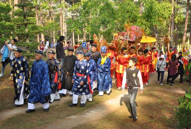 Rước kiệu và lễ vật lên Đền thờ Âu Lạc trên núi Phượng Hoàng