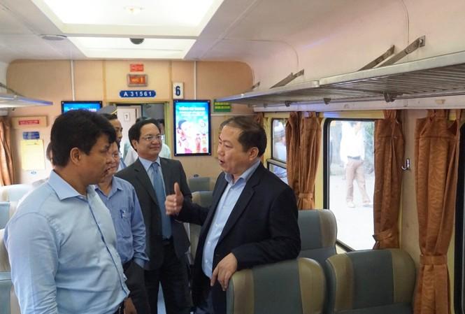 Ông Đỗ Nga Việt – Chủ tịch Công đoàn Giao thông vận tải (bên phải) trao đổi với ông Vũ Anh Minh – Chủ tịch Hội đồng thành viên ĐSVN
