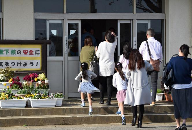 Các phụ huynh đến trường tiểu học Mutsumi số 2 ở quận Chiba để tham dự buổi họp phụ huynh khẩn. Ảnh: Mainichi