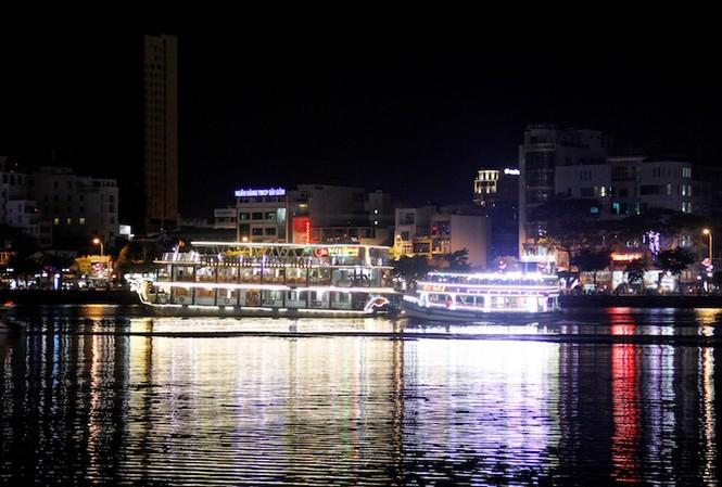 Để đảm bảo an toàn cho du khách trong mùa cao điểm du lịch, lực lượng chức năng sẽ tăng cường kiểm tra, rà soát các phương tiện hoạt động trên sông Hàn. Ảnh: Thanh Trần.