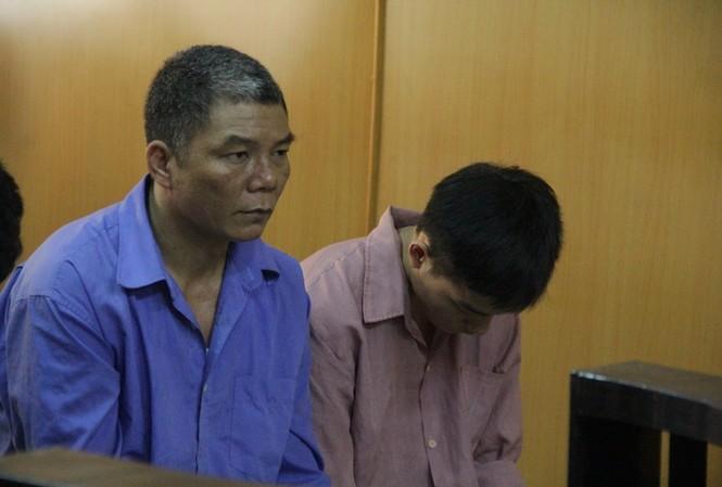 Ông Lượng (áo xanh) tại tòa. Ảnh: Tân Châu