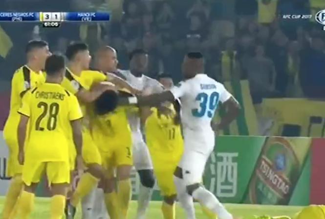 Cầu thủ Hà Nội FC đấm liên tiếp đối phương như trên võ đài