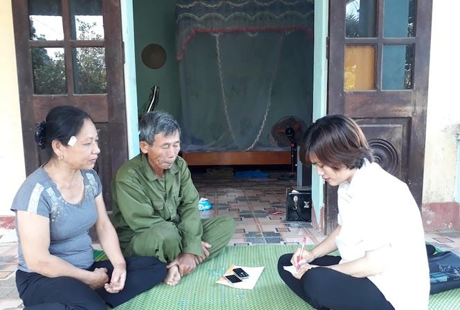 Người dân trao đổi về vụ việc. Ảnh: Hoàng Lam