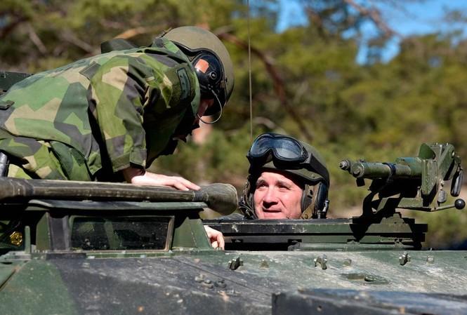 Thủ tướng Thụy Điển Stefan Löfven trổ tài lái xe tăng.