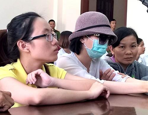 Nạn nhân Hương đeo khẩu trang đến dự phiên tòa. Ảnh: VnExpress