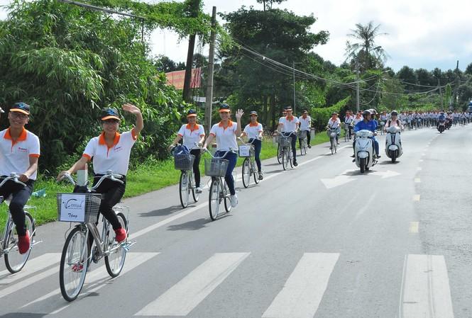 Tình nguyện viên đạp xe diễu hành