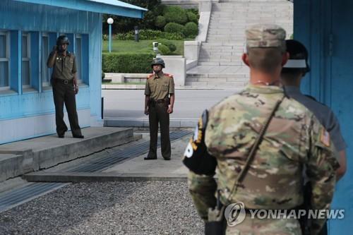 Binh sĩ Triều Tiên (trái) và binh sĩ Hàn Quốc (phải) tại làng đình chiến Panmunjom. Ảnh: Yonhap