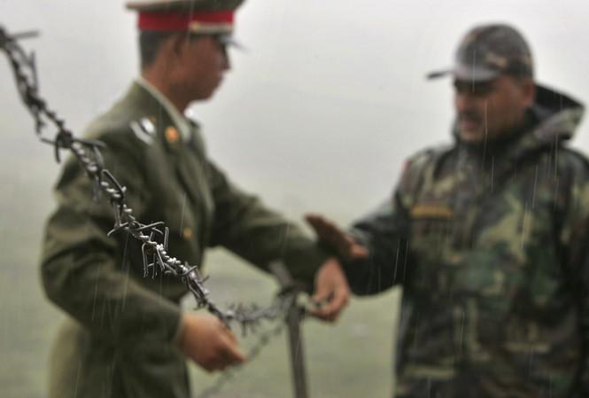 Binh sĩ Trung Quốc và Ấn Độ ở khu vực biên giới. Ảnh: AP