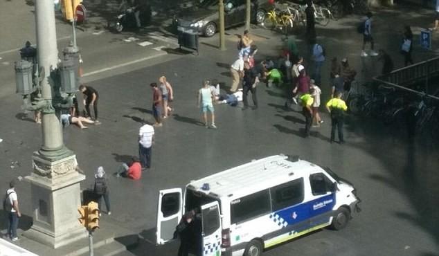 Người bị thương nằm la liệt dưới đất. Ảnh: Daily Mail