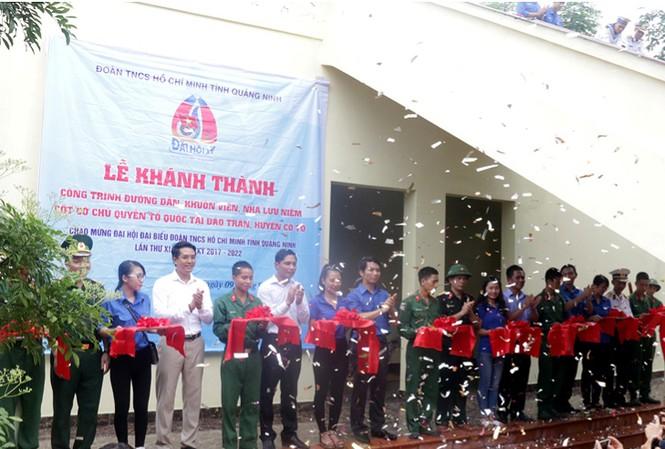 Cắt băng khánh thành công trình đường dẫn, khuôn viên, Nhà lưu niệm Cột cờ Tổ quốc tại đảo Trần.