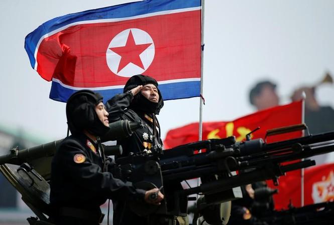 Binh sĩ Triều Tiên giơ tay chào lãnh tụ Kim Jong-un trong cuộc duyệt binh ngày 15/4. Ảnh: Reuters