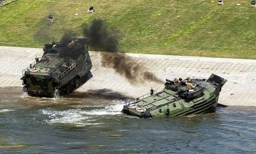 Xe thiết giáp chở quân bốc cháy, 15 binh sĩ Mỹ bị thương - ảnh 1