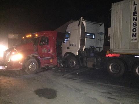 Sau khi đâm vào đuổi xe tải, chiếc xe container 78C-05201 va chạm tiếp với một xe container khác. Ảnh: T. Trần