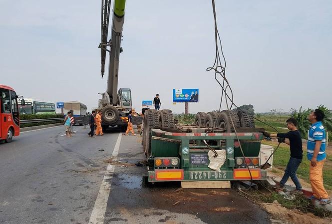 Giải cứu xe bồn chở gas lật nhào trên cao tốc Pháp Vân