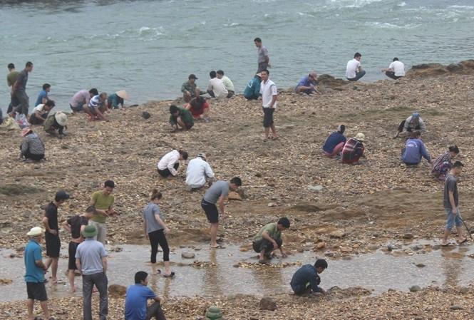 Sau tin đồn nhặt được đá quý, dân Phú Thọ đổ xô đãi cát thử vận may