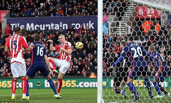 Tình huống mở tỷ số của Stoke.