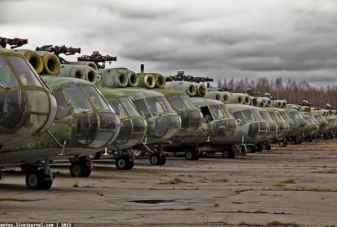 Những chiếc trực thăng phơi sướng gió trên bãi đất.