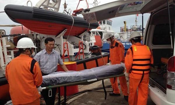 Thi thể thuyền trưởng và thuyền phó 3 tàu Bulk Jupiter được đưa vào bờ. Ảnh: Thanh Niên