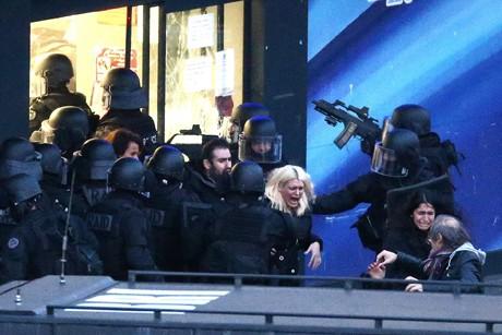 Cảnh sát Pháp trong vụ giải cứu con tin ở tiệm tạp hóa Do thái vào hôm qua.