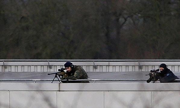 Các tay súng bắn tỉa của đặc nhiệm Pháp trong cuộc bao vây hai anh em nhà Kouachi ở thị trấn Dammartin en-Goele. Ảnh: EPA