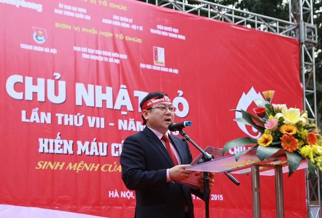Tổng Biên tập báo Tiền Phong, ông Lê Xuân Sơn, Trưởng Ban tổ chức Chương trình Chủ Nhật Đỏ, phát biểu tại Lễ khai mạc.