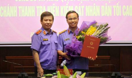 Ông Phan Văn Tâm (bìa phải) nhận quyết định từ Viện trưởng Viện kiểm sát nhân dân tối cao Lê Minh Trí. Ảnh: VKSNDTC.