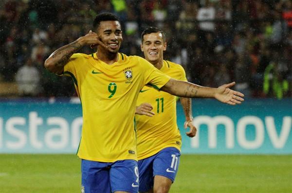Brazil lên ngôi đầu, Argentina thua sốc