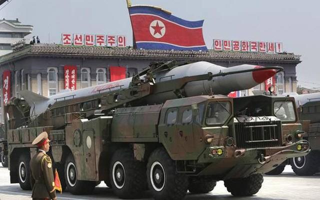 Tên lửa Musudan của Triều Tiên trong một cuộc diễu binh (Ảnh: India Today)